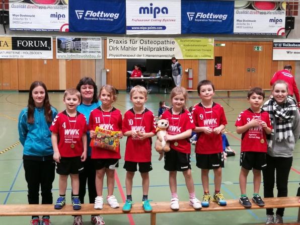 Das Bild zeigt die TSV-Handball-Bambinis nach der Siegerehrung mit ihren Trainerinnen Lisa Rudolphi, Beate Rudolphi und Manuela Hecht (v. links). Foto: fe